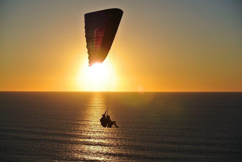 paragliding-918721_1920 (1)